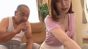 《篠田ゆう/巨乳人妻NTR中出しレイプ》絶倫義父と嫁の桃尻 子を孕むまで何度も種付け