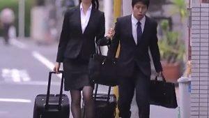 《黒川すみれ/人妻OLレイプ》出張先相部屋NTR!憧れていた女上司を押し倒したボク
